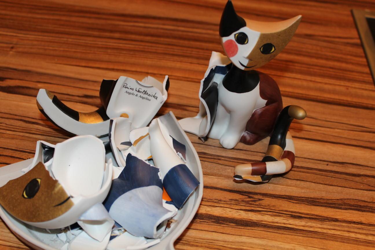 Lucy: Die Porzellankatzenaffäre auf 'SMSisch'